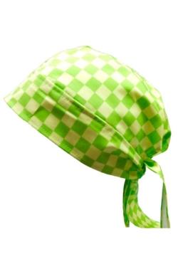 Gorro pirata estampado en cuadros verdes y blancos atado con cintas y tiene la chaqueta de cocina a juego