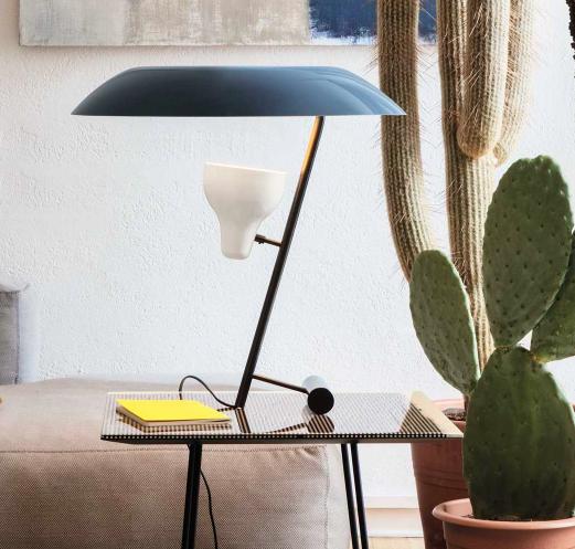 Lámpara de sobremesa modelo 548 de Gino Sarfatti. Produce la luz sobre un reflector de metacrilato con tres opciones de color y dos de pie.