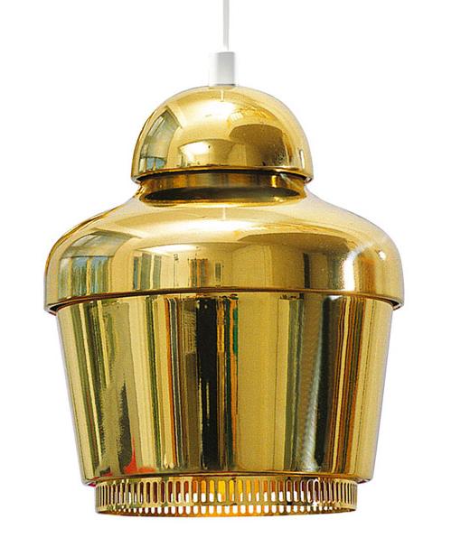 Lámpara de suspensión de linea atemporal que actualmente refresca con el latón pulido con el que está fabricada, cualquier interior con elegancia, la A-330 de Alvar Aalto para Artek, exponente del diseño nórdico de los años 50.