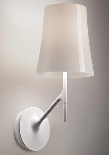 Lámpara de pared con pantallade policarbonato en colores naranja, amaranto, blanco y gris.