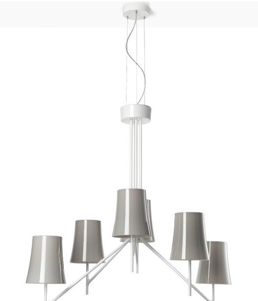Lámpara de suspensión de parecido similar al de las de araña, con brazos como ramas de árbol invertidas y pantallas de colores de policarbonato.