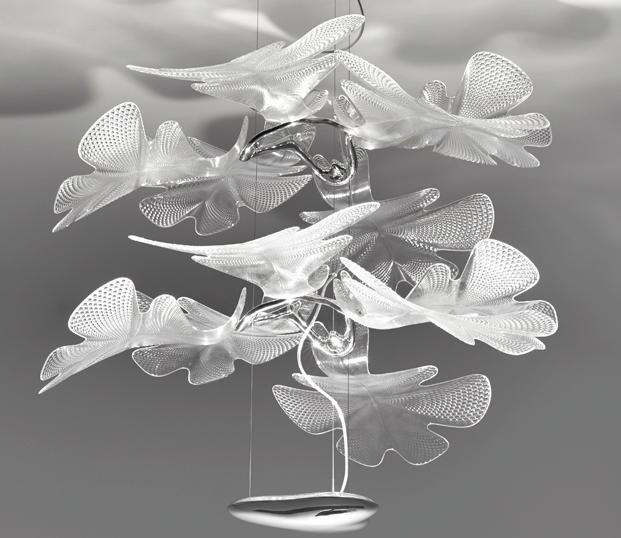 Lámpara de suspensión Chorophilia, composición vegetal con hojas de PMMA material óptico que genera luces y sombras múltiples.
