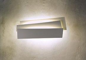 Lámpara de pared de policarbonato traslúcido y acero pintado en blanco y marrón al ácido. Es mas una escultura que lámpara.