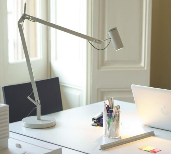 Lámpara de estudio ligera Polo en color blanco o negro.