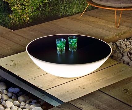 Objeto lámpara de utilización en interior o exterior, difusor esférico de poliestireno estampado rotaciones traslúcido y sobre en gres color marrón.
