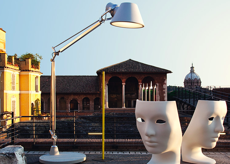 Lampara de iluminación exterior Tolomeo XXL Exterior, diseño de Michele de Lucchi y Giancarlo Frassina, Artemide.