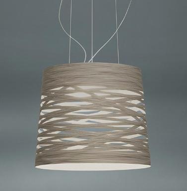 Lámpara de suspensión, fabricada en fibra de vidrio y carbono, disponible en cuatro colores, blanco, negro, rojp, gris y añil.