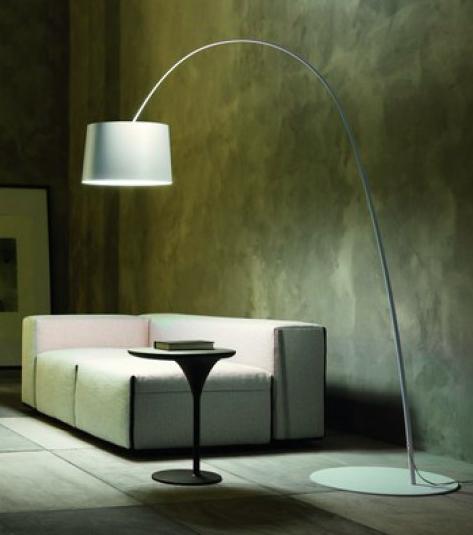Lámpara de pie ligera y elegante para desplazar el punto de luz desde suelo, realizada en fibra de vidrio en color blanco, negro, rojo, gris y añil.