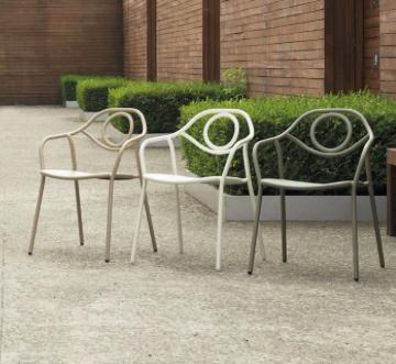 Butaca para exterior Zahir de Emu, diseño del estudio Archirivolto, fabricada en acero barnizado recuerda signos clásicos.