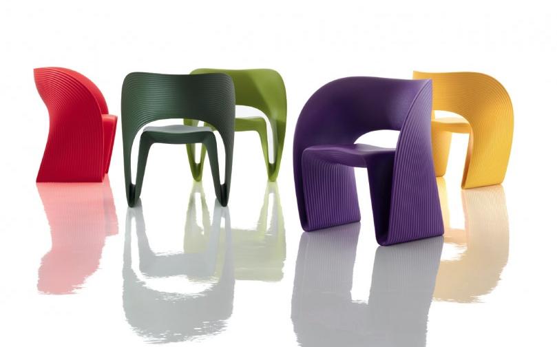 Butaca objeto producida en roto moldeo, diseño de Ron Arad, escultura para sentarse.