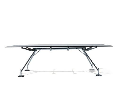 Mesa Nomos, formada por una estructura de arquitectura metálica que soporta con agilidad y gracia, un sobre de vidrio o madera de forma genial.