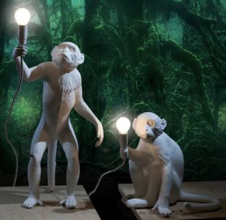 L,ampara de resina con figura de mono en varias posturas
