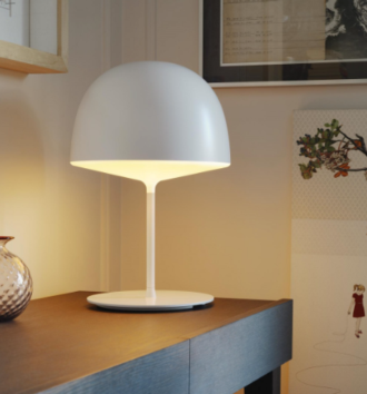 Lámpara de sobre mesa de lineas suaves.