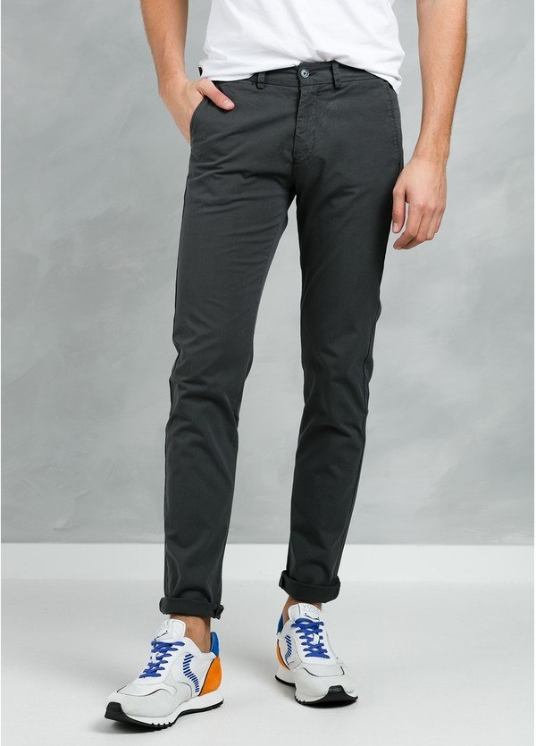 Pantalón Casual Wear, SLIM FIT micro textura color antracita, 97% Algodón 3% Elastómero.