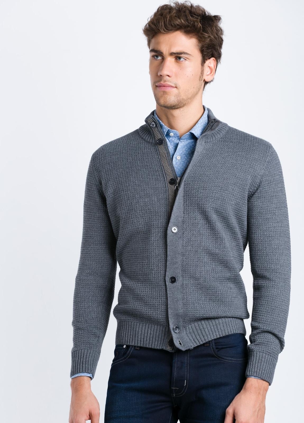 Cárdigan cremallera y botones con tapeta contrastada color gris.