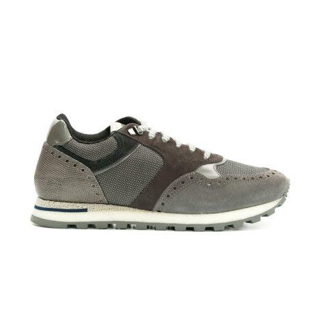 Calzado Sport color gris y combinación de serraje, piel efecto pitón y tejido técnico.