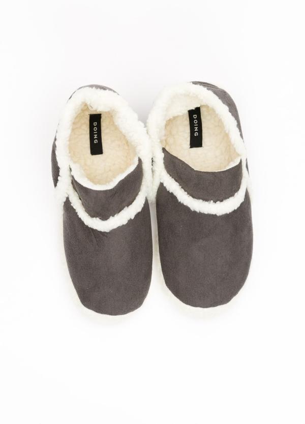 Zapatillas forradas en el interior. Color gris.
