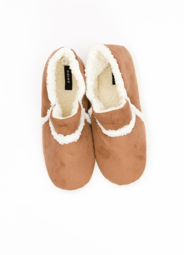 Zapatillas forradas en el interior. Color beige.