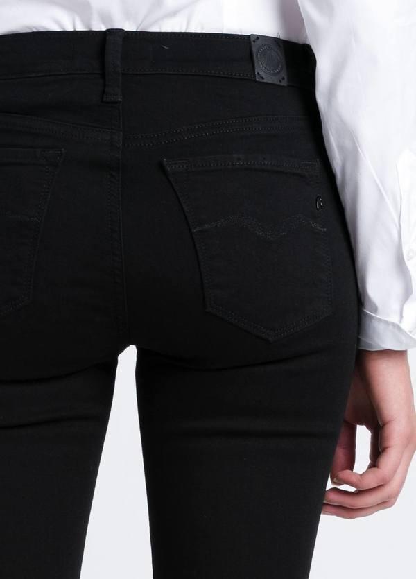Tejano jegging modelo JOI con roturas en las rodillas color negro lavado denim. Algodón, Modal, Elastano. - Ítem2