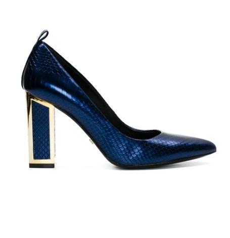 Zapato salón woman efecto pitón color azul con tacón cuadrado y contrafuerte dorado, 100% piel.