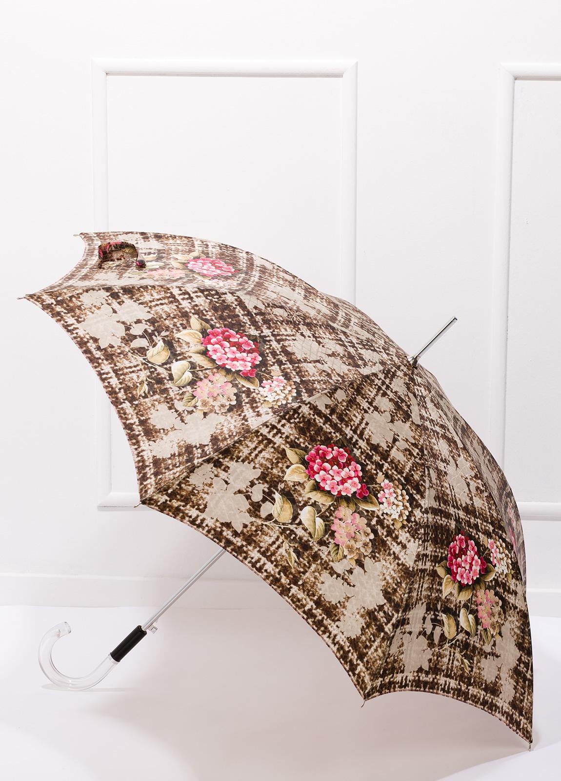 Paraguas con estampado floral color beige y puño transparente.