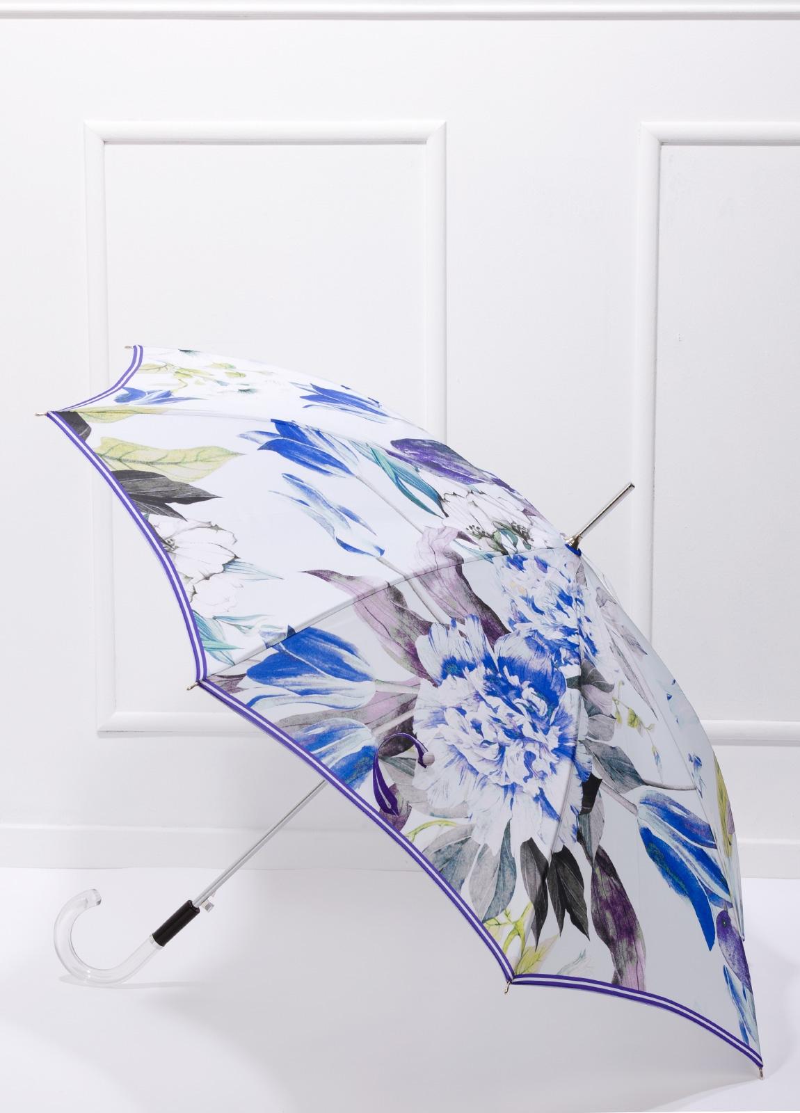 Paraguas con estampado floral color azul y puño transparente.