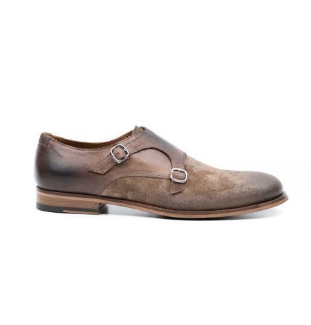 Zapato color tostado con doble hebilla y combinación de piel y ante.