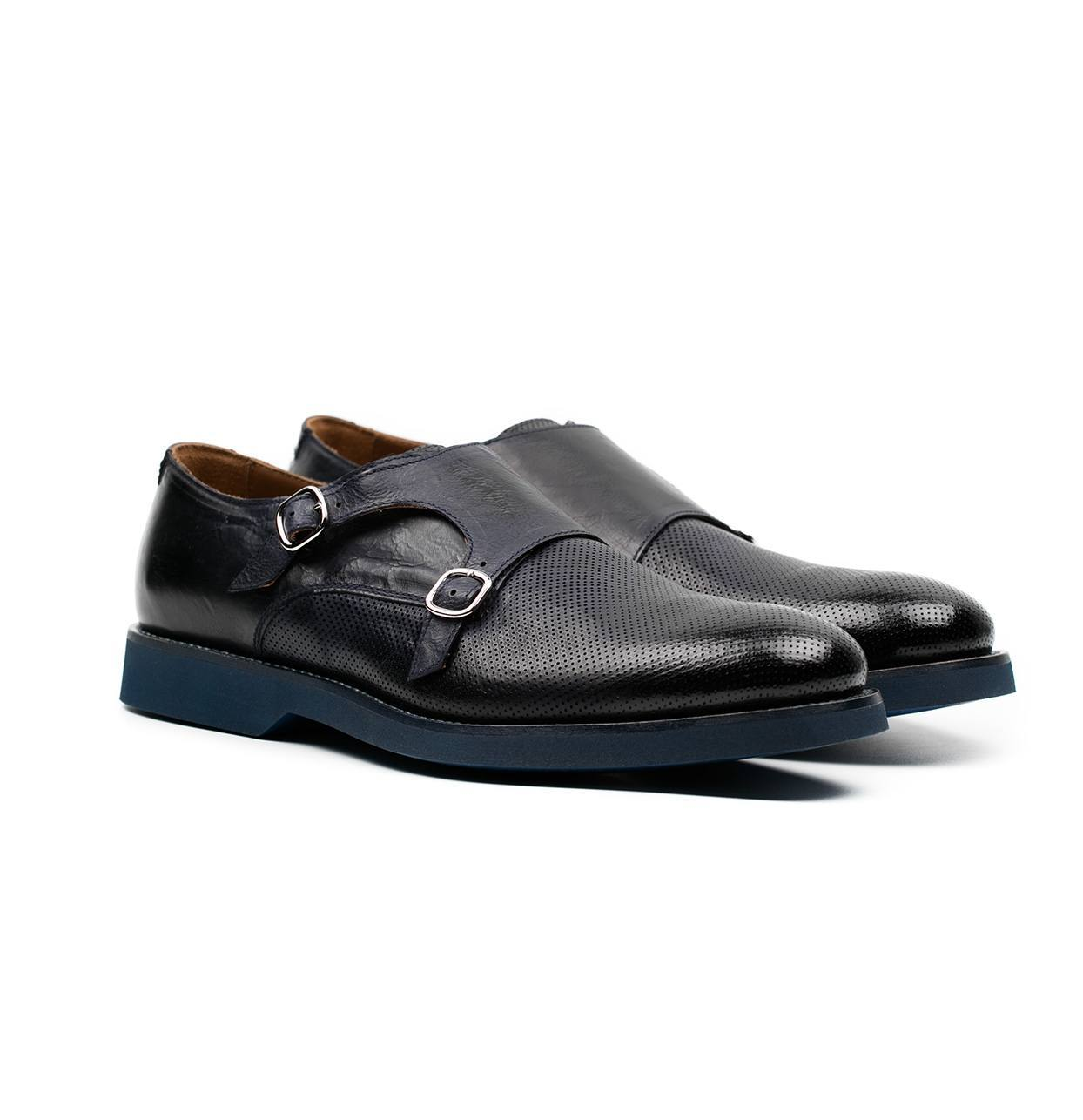 Zapato color azul marino con doble hebilla y combinación de piel lisa y piel perforada. - Ítem1