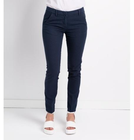 Pantalón slim fit modelo MARILYN, micro textura color azul.