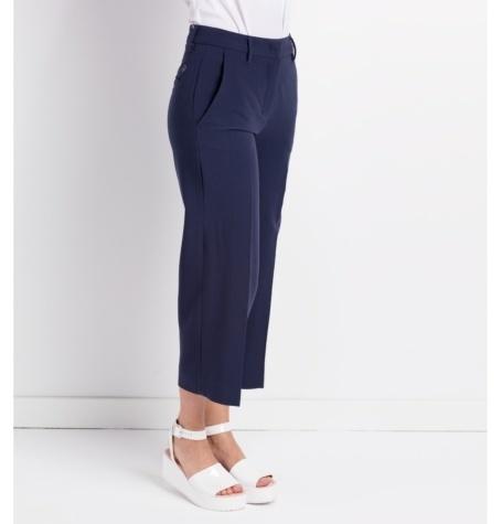 Pantalón tipo pirata modelo AMINA color azul.