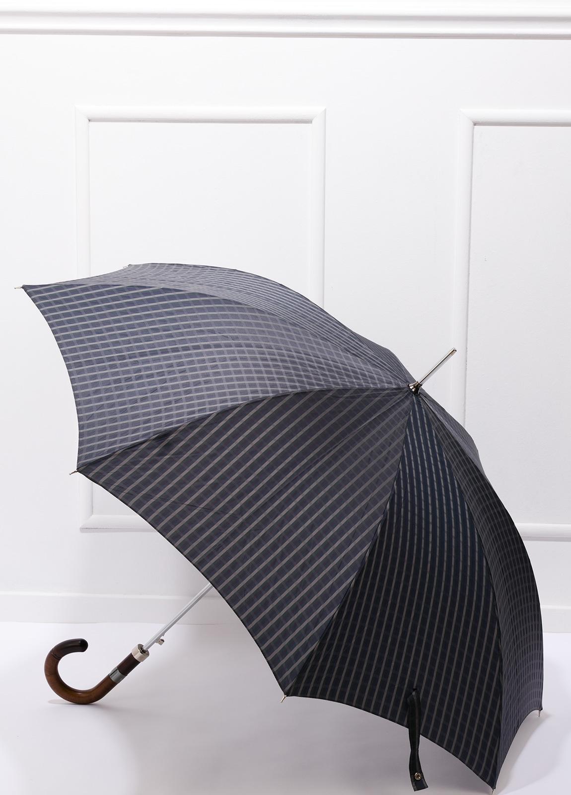 Paraguas con diseño de cuadros color gris y puño de madera.