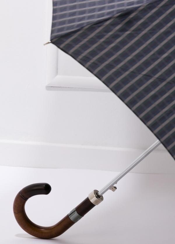 Paraguas con diseño de cuadros color gris y puño de madera. - Ítem2