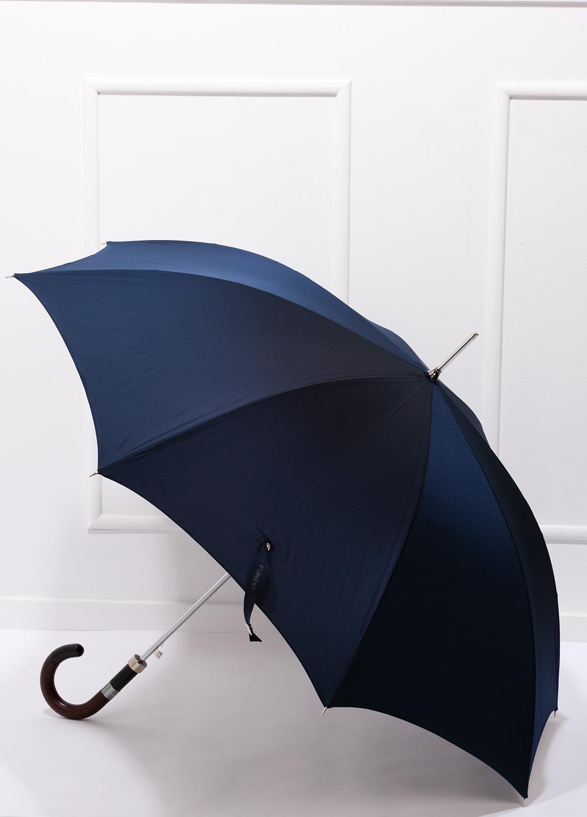 Paraguas con diseño liso color azul marino y puño de madera.