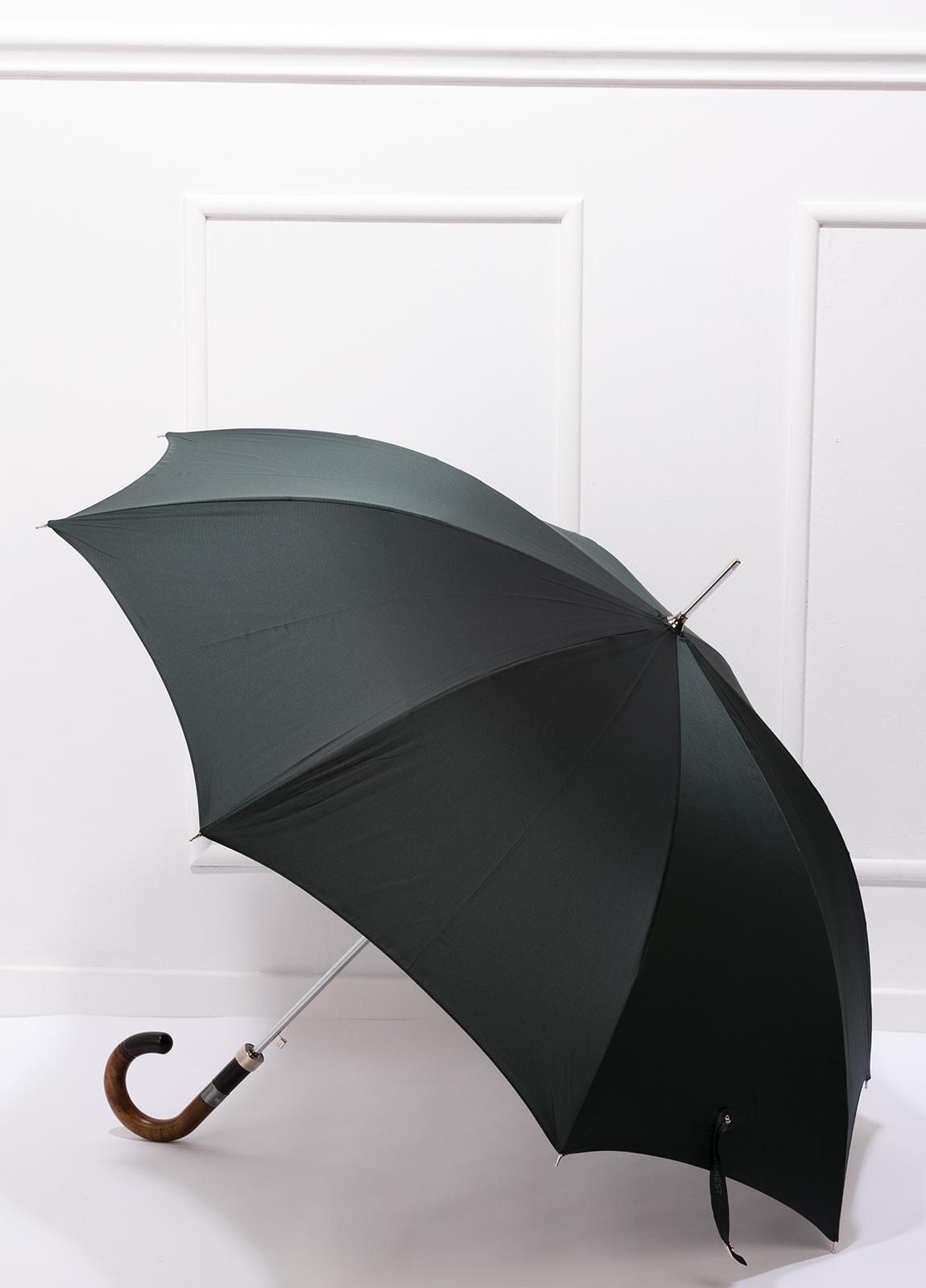 Paraguas con diseño liso color verde y puño de madera.