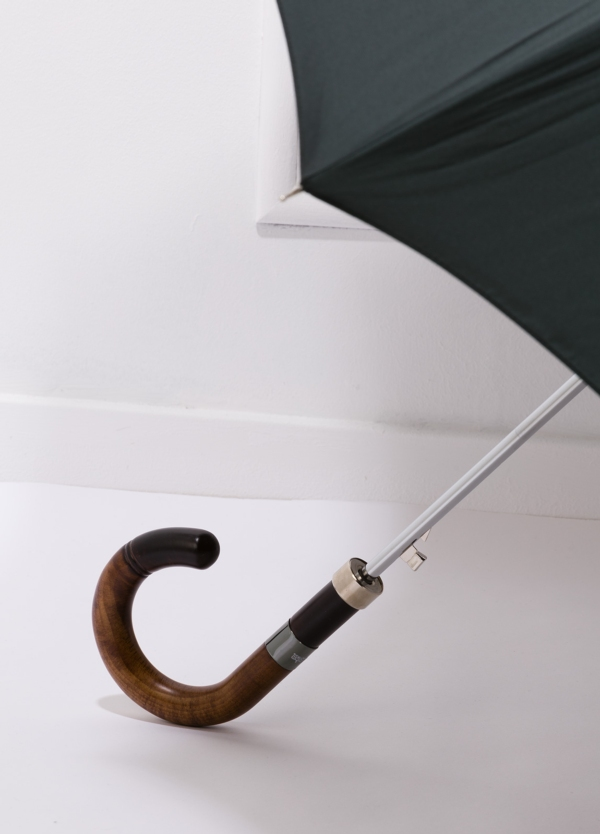 Paraguas con diseño liso color verde y puño de madera. - Ítem2