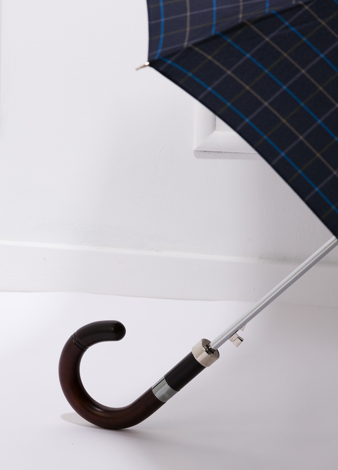 Paraguas con diseño de cuadros color azul marino y puño de madera. - Ítem2
