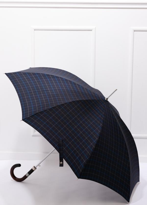 Paraguas con diseño de cuadros color azul marino y puño de madera.