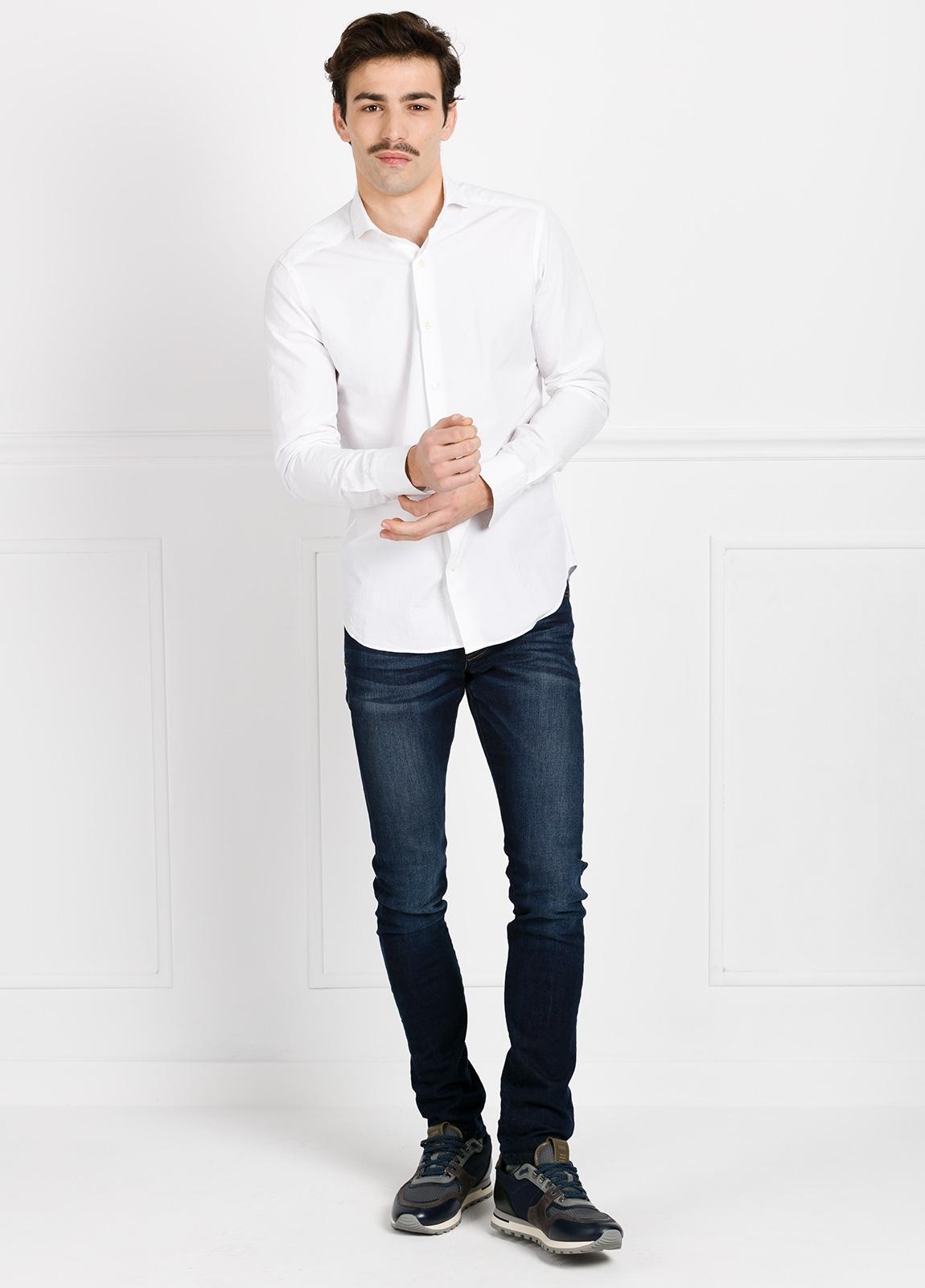 Camisa Leisure Wear SLIM FIT Modelo CAPRI color blanco micrograbado. 100% Algodón.