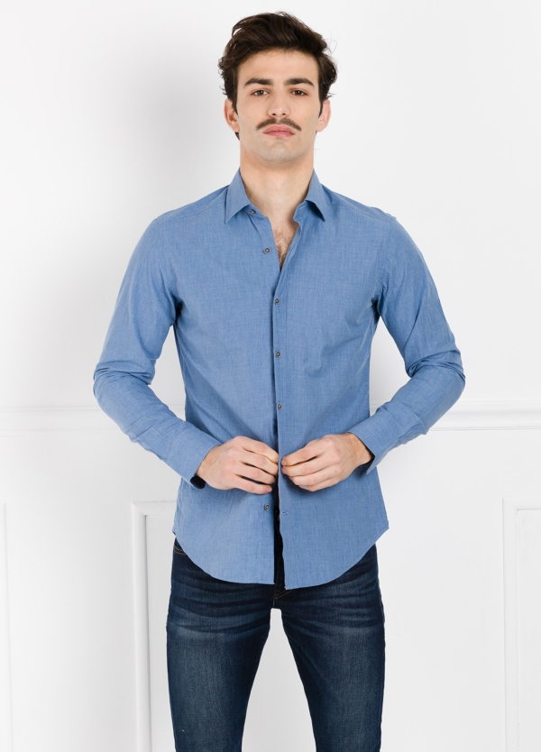 Camisa Leisure Wear SLIM FIT modelo PORTO diseño liso color azul. 100% Algodón.
