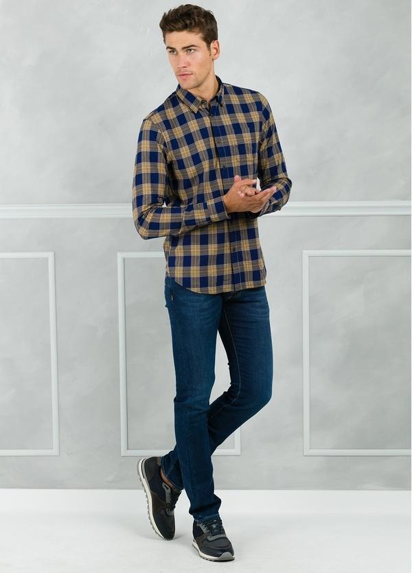 Camisa regular fit con dibujo de cuadros color azul y beige. 100% Algodón.