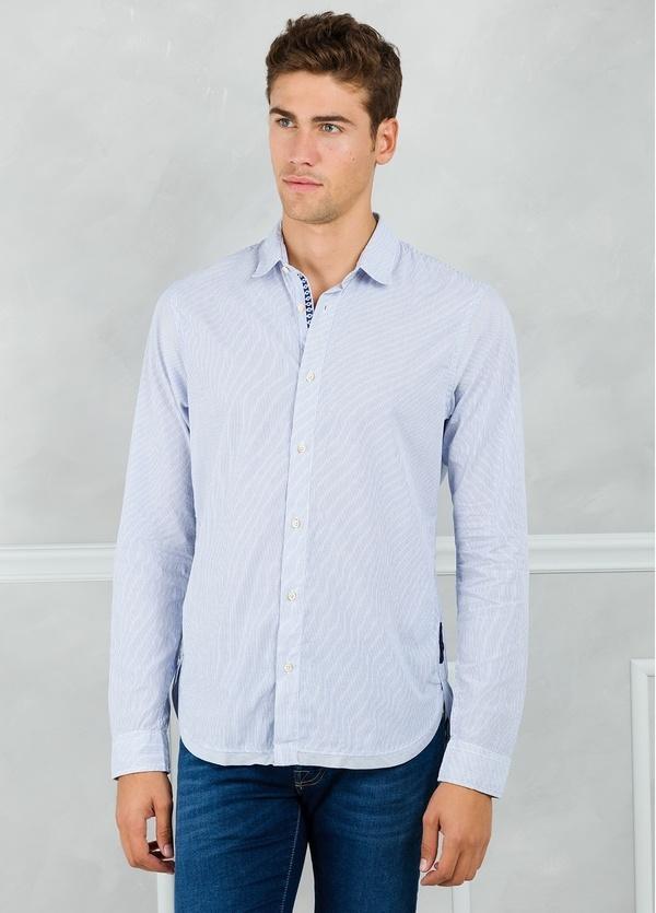 Camisa slim fit con dibujo de microrayas, color celeste. 100% Algodón.