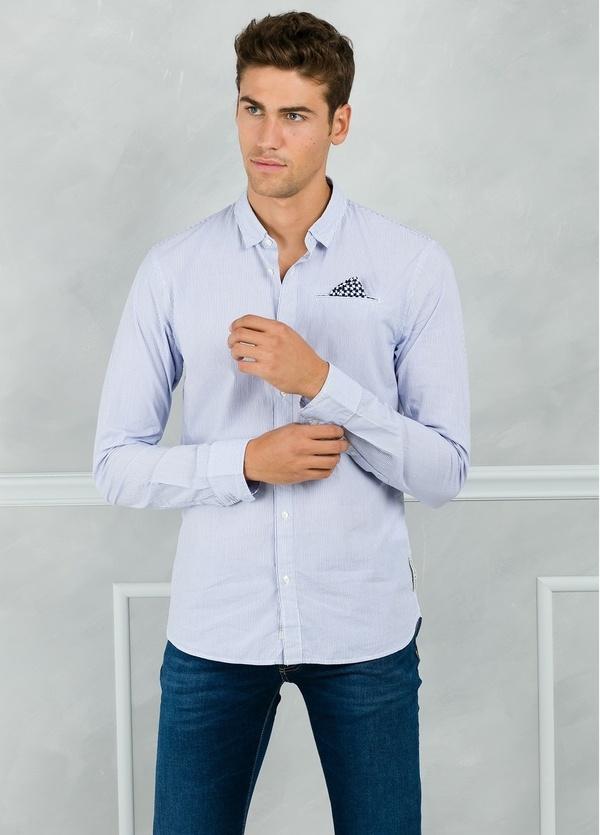 Camisa long fit con microestampado y pañuelo en bolsillo, color celeste. 100% Algodón.