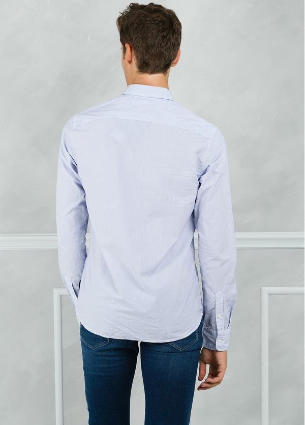 Camisa long fit con microestampado y pañuelo en bolsillo, color celeste. 100% Algodón. - Ítem1