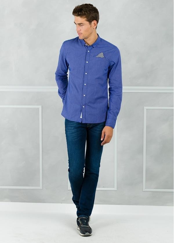 Camisa long fit con microestampado y pañuelo en bolsillo, color azul. 100% Algodón.