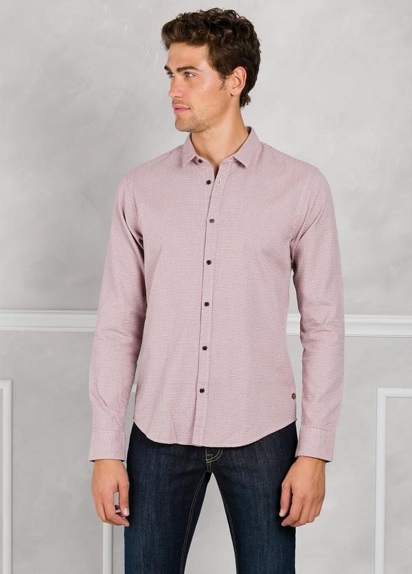 Camisa slim fit con diseño estructurado color rojo. 100% Algodón.