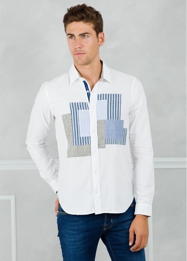 Camisa sport modelo PATCH con dibujo patchwork frontal, color blanco. 100% Algodón lavado.