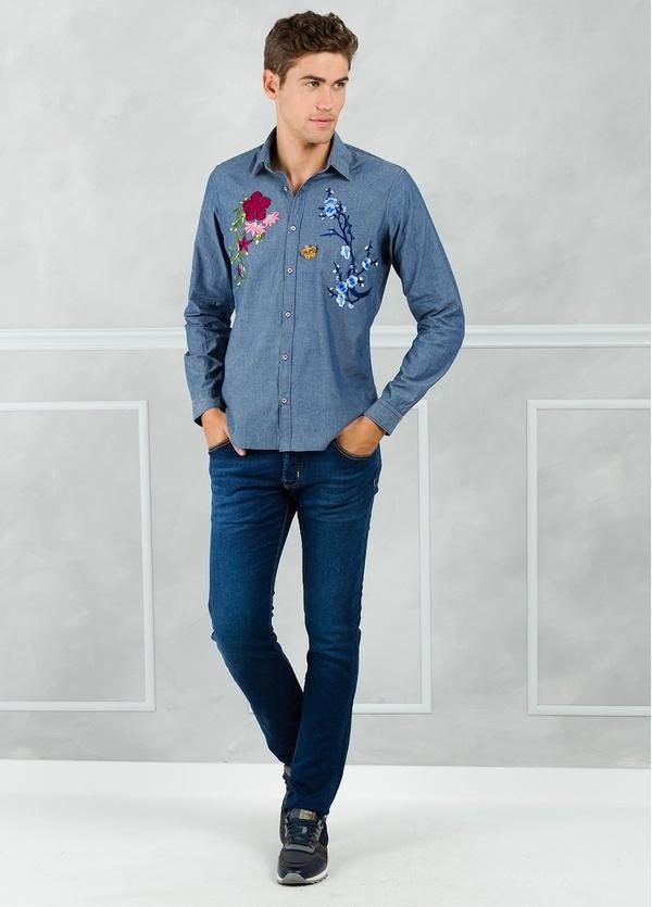 Camisa sport modelo PATCH con bordado en pecho, color azul. 100% Algodón lavado.