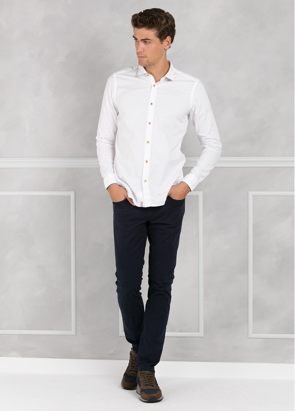 Camisa sport SLIM FIT lisa color blanco con pliegue en espalda. 100% Algodón oxford.
