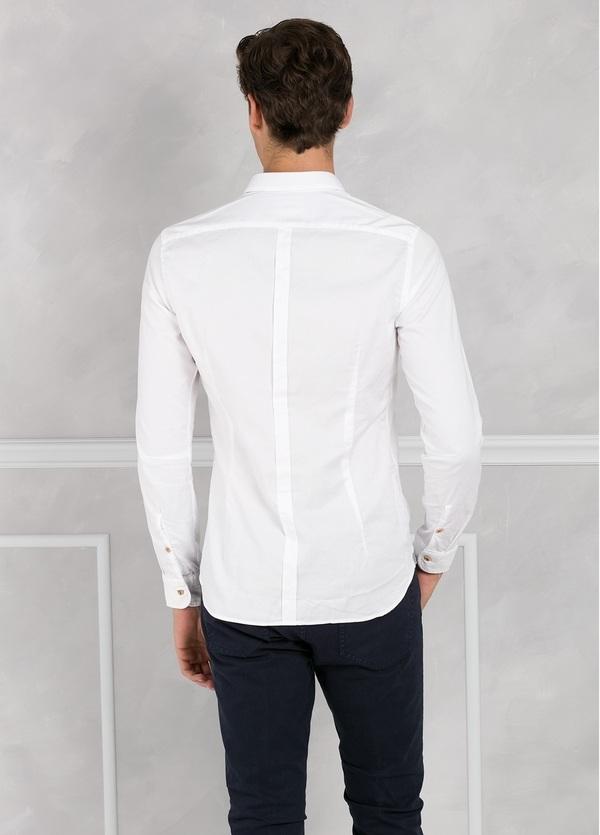 Camisa sport SLIM FIT lisa color blanco con pliegue en espalda. 100% Algodón oxford. - Ítem1