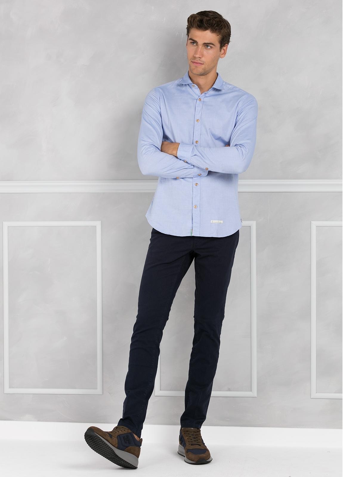 Camisa sport SLIM FIT lisa color celeste con pliegue en espalda. 100% Algodón oxford.